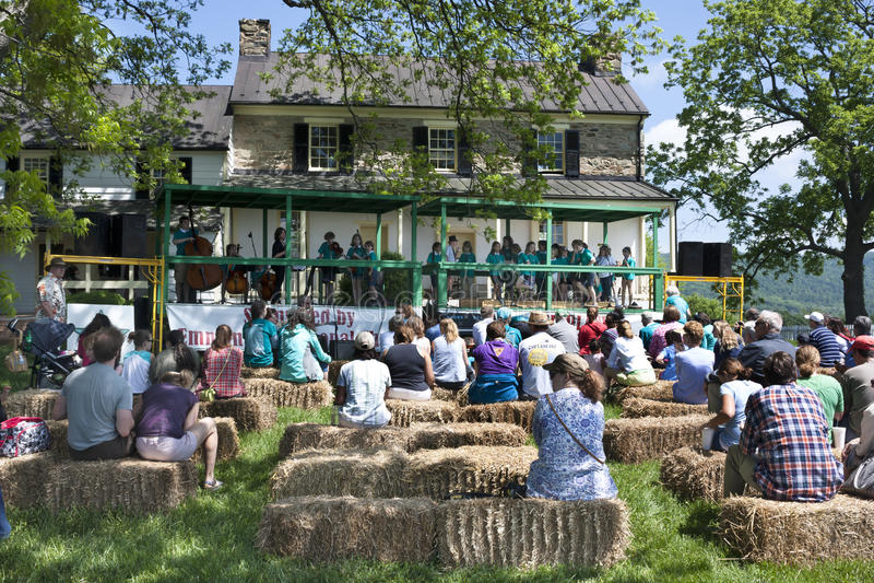 Delaplane, Virgínia, EUA 24 de maio de 2014: As crianças americanas da CONTAGEM que executam no festival da morango de Delaplane  foto de stock royalty free