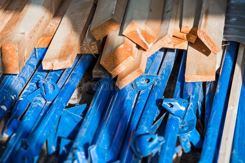Delar av blåttmetallkonstruktion och bräden arkivbilder