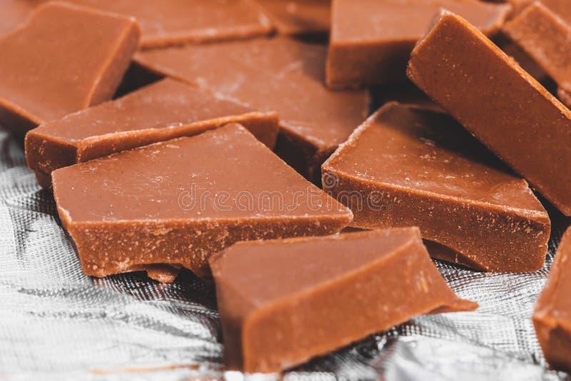 Delar av chokladkonfektion av mjölk royaltyfri bild