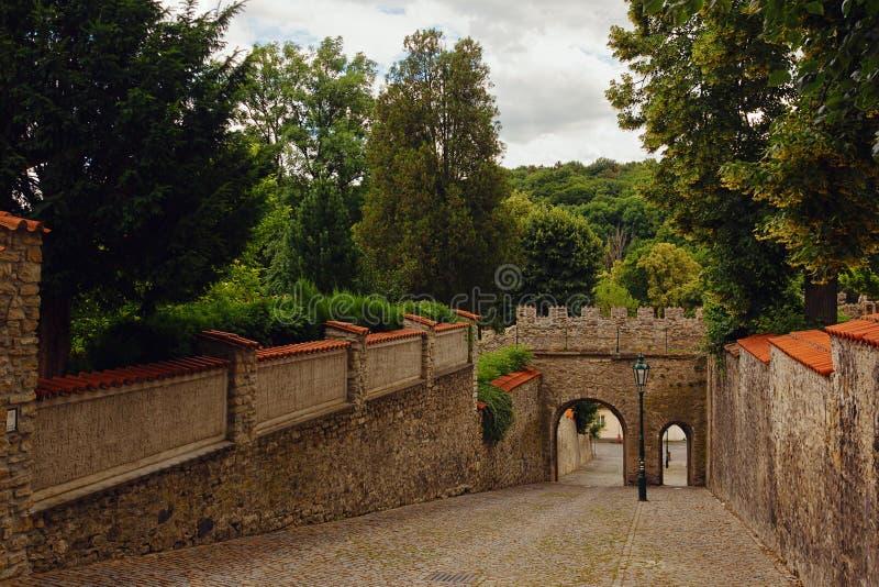 Delar av den tornväggen och porten i Kutna Hora, Tjeckien, trac royaltyfria bilder
