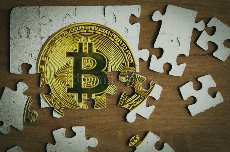 Delar av ett pussel med en bitcoin avbildar royaltyfri fotografi