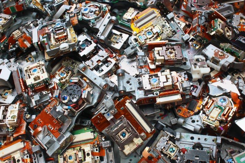 Delar av gamla CD-brännare som bakgrund för industriell avfalls royaltyfri bild