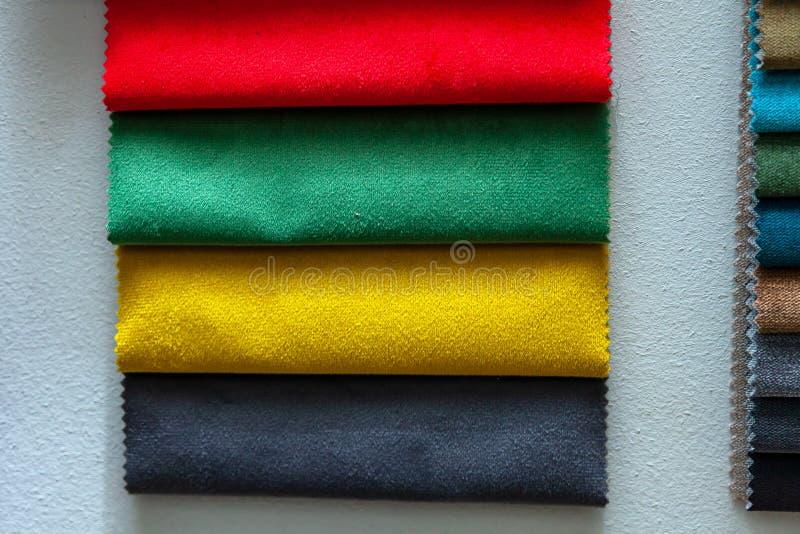 Delar av textilmaterial för inredning och möbler, t.ex. i katalogen med olika färger för konstruktionen arkivfoton