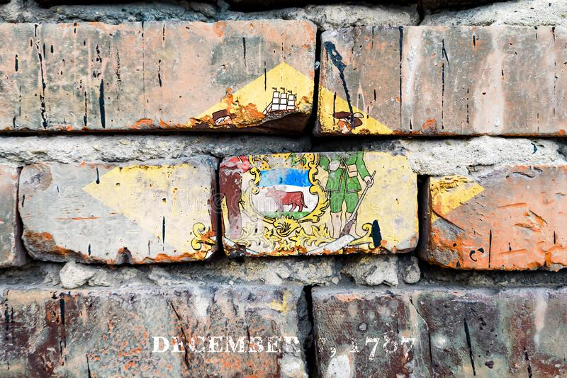 Delaware grunge, danificado, arranhão, velha bandeira dos estados unidos na parede do tijolo fotos de stock
