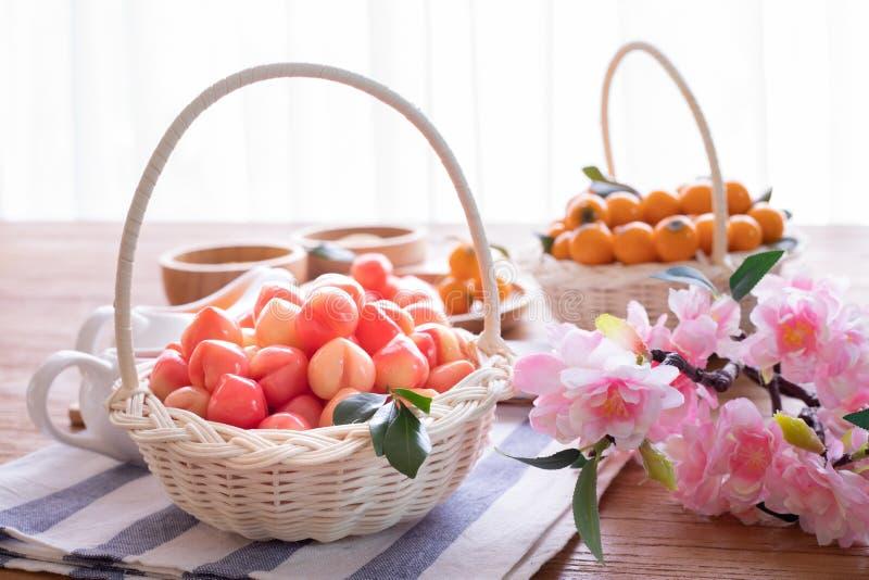 Delectable imitacji owoc na koszu, owoc Kształtowali Mung fasole, Tajlandzki tradycyjny deser zdjęcie stock