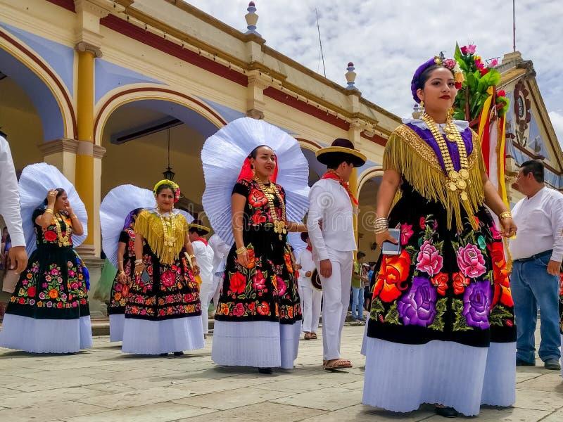 A delegação especial está pronta para a parada de Guelaguetza através da cidade imagens de stock