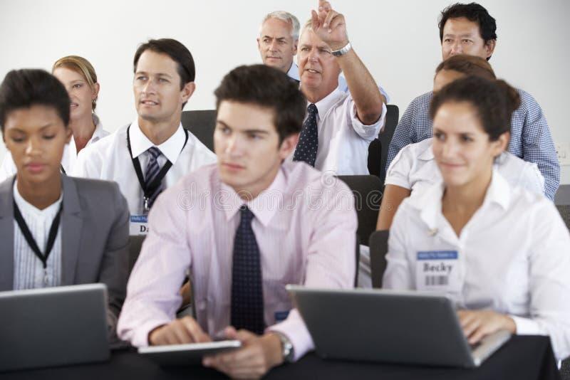 Delegaci Słucha prezentacja Przy konferencją zdjęcie stock