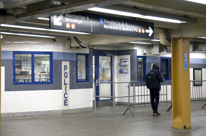 Delegacia do trânsito do distrito 11 dentro do mezanino Bronx NY do metro imagem de stock