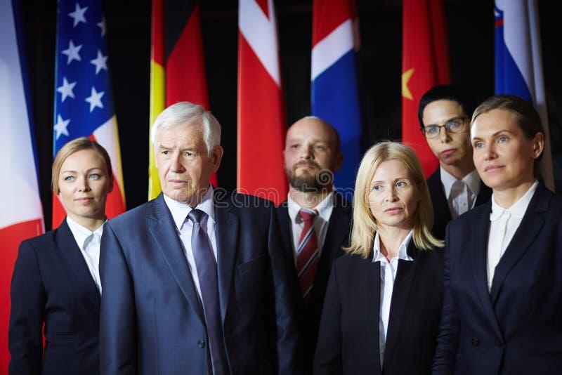 Delegados que escutam alguém foto de stock