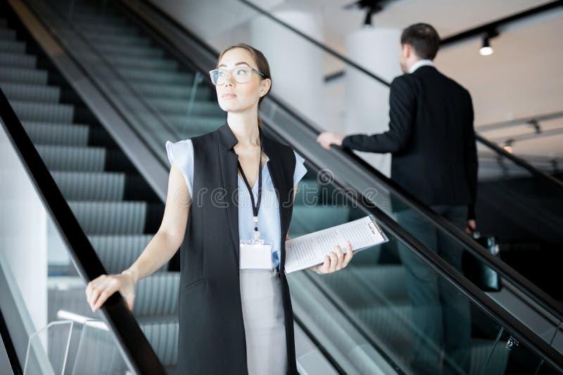 Delegat på rulltrappan royaltyfria bilder