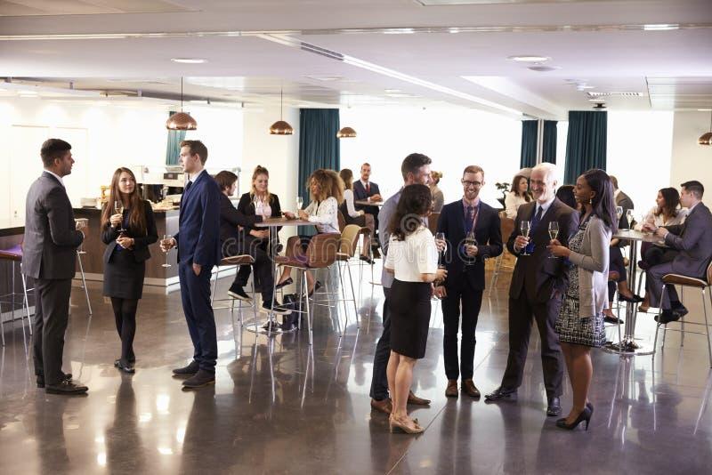 Delegater som knyter kontakt på konferensen, dricker mottagande arkivbild