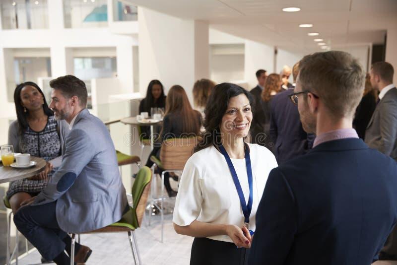 Delegater som knyter kontakt under kaffeavbrott på konferensen royaltyfria bilder