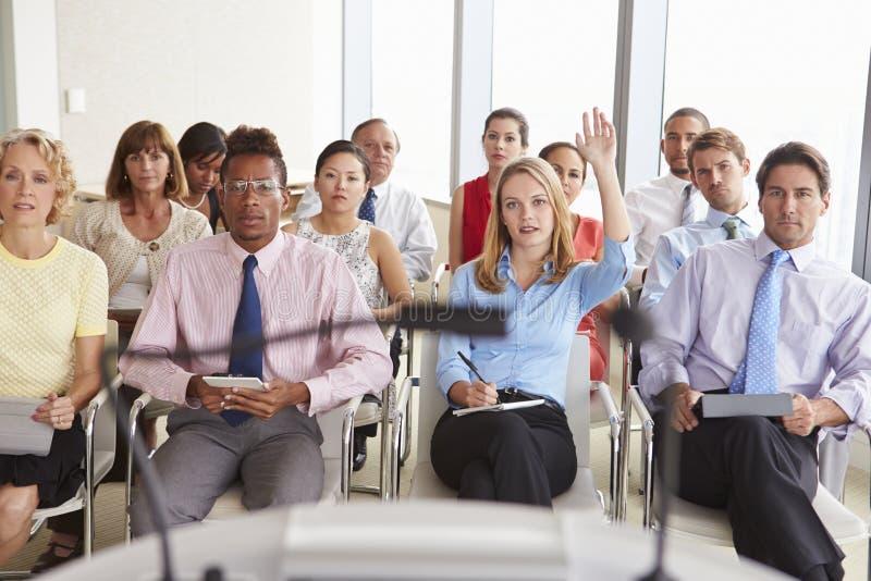 Delegato che fa domanda all'incontro di affari fotografie stock