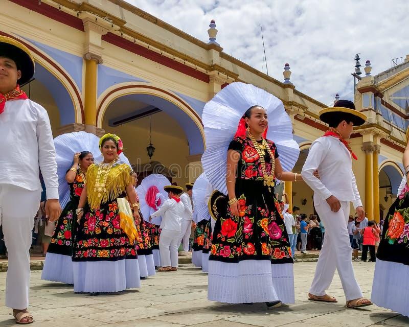 Delegazione speciale che prepara per la parata di Guelaguetza fotografie stock