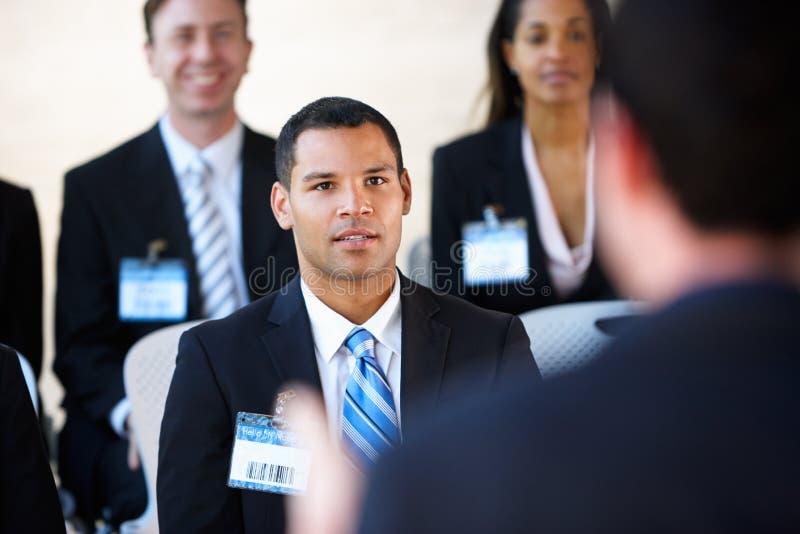 Delegierte, die auf Sprecher hören stockfoto