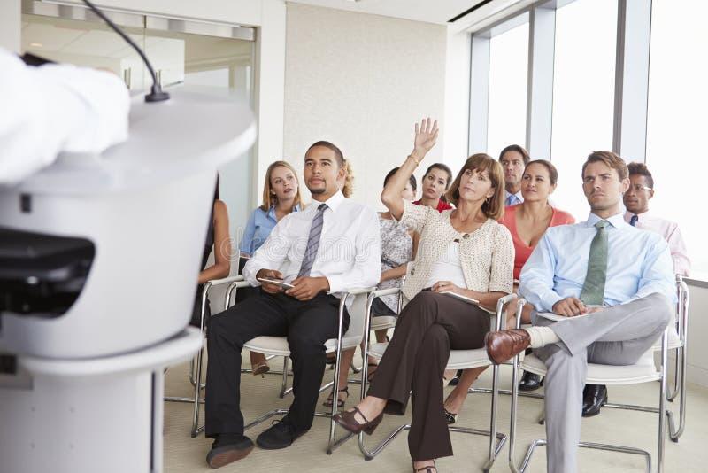 Delegierter, der Frage bei der Geschäftskonferenz stellt lizenzfreies stockbild