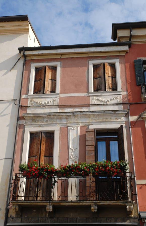 Delen av byggnad pressade mellan två högt i Monselice i Venetoen (Italien) royaltyfri bild