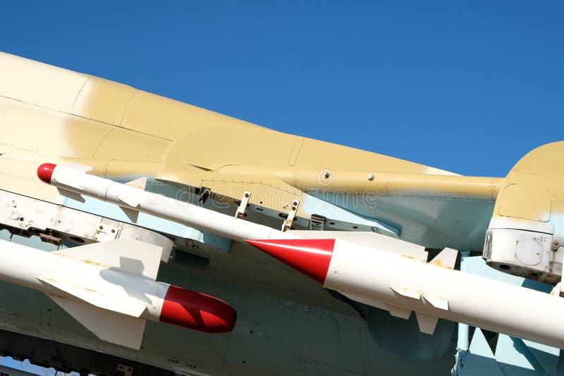 Delen van de raketten op de vleugel van vechter su-17 worden gevestigd die stock afbeelding