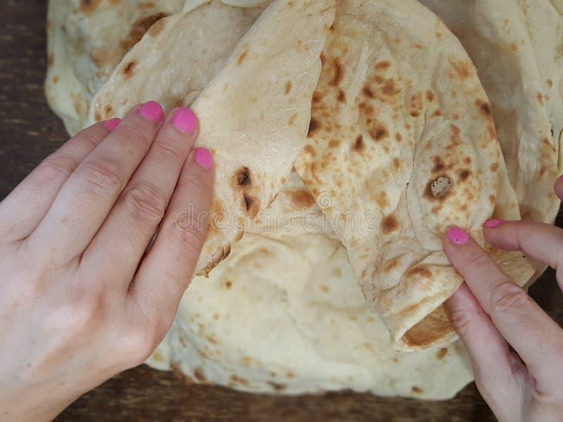 Delend een lavashbrood in de Arabier meer quartier in München royalty-vrije stock fotografie