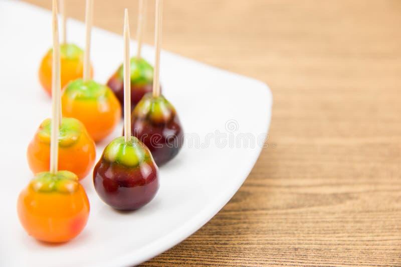 Deletable imitatievruchten in witte plaat royalty-vrije stock afbeelding