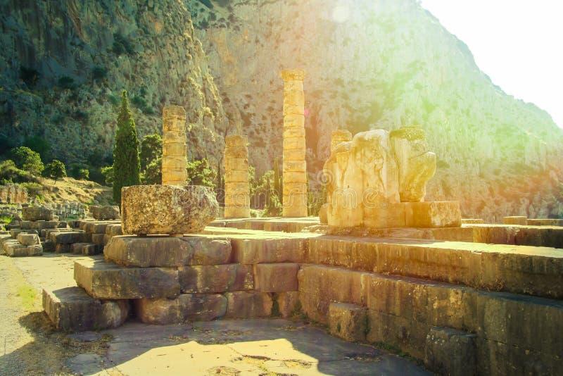 Delfi, Grecia: Rovine del tempio di Apollo con Delphi Oracle nelle prime ore del mattino Centro di cultura greca fotografia stock libera da diritti