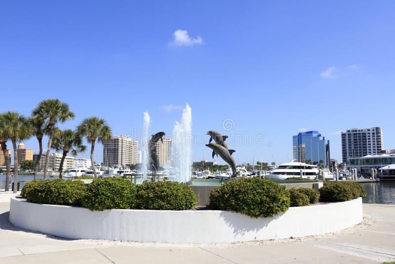 Delfin fontanna blisko śródmieścia zdjęcia royalty free