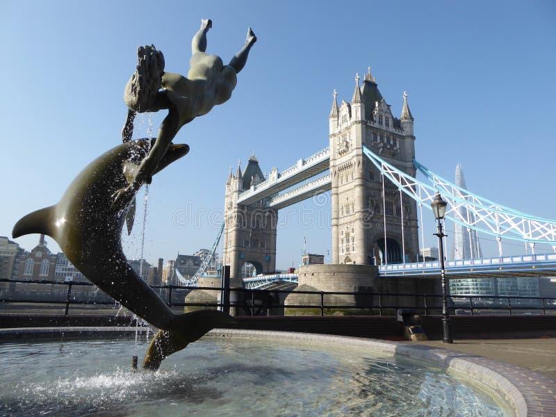 Delfin på tornbron London royaltyfri fotografi