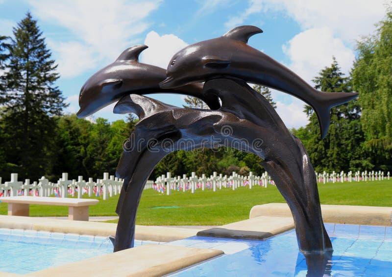 Delfin statua przy Luksemburg Amerykańskim cmentarzem pomnikiem i obrazy stock
