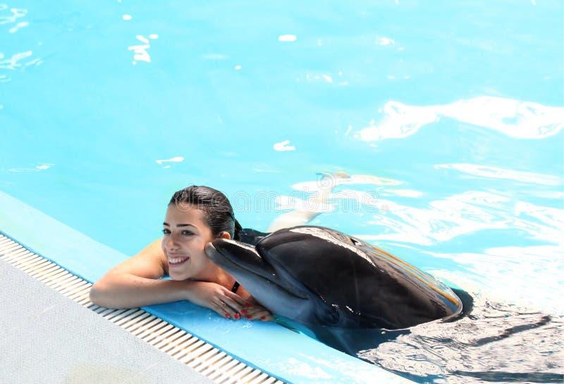 Delfininstruktör Girl arkivfoto
