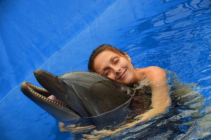 Delfino e ragazza immagini stock