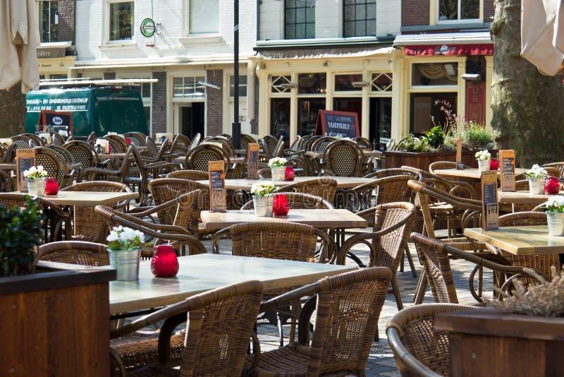 DELFT/NETHERLANDS - 16 april, 2014: Het openluchtterras van het koffierestaurant royalty-vrije stock afbeeldingen