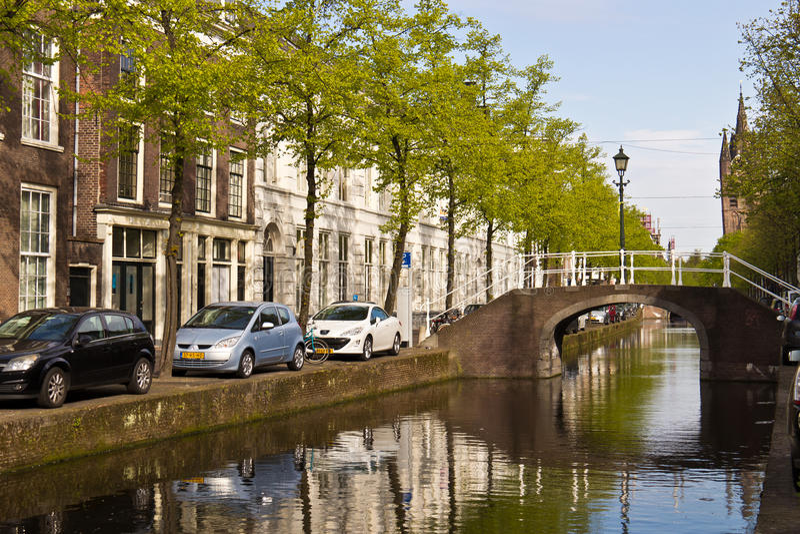 DELFT/NETHERLANDS - 17 april, 2014: Typische straatscène en kanaal stock foto