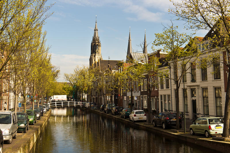 DELFT/NETHERLANDS - 17 avril 2014 : Scène typique et canal de rue photo stock