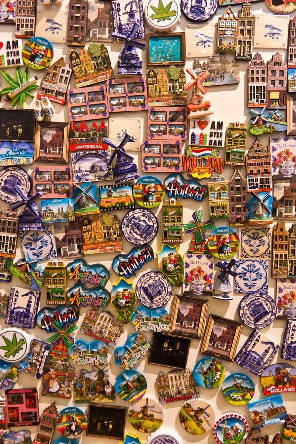 DELFT/NETHERLANDS - 16 avril 2014 : Variété d'aimants de souvenir image libre de droits