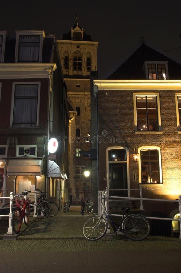 Delft-Stadtzentrum bis zum Nacht stockbild