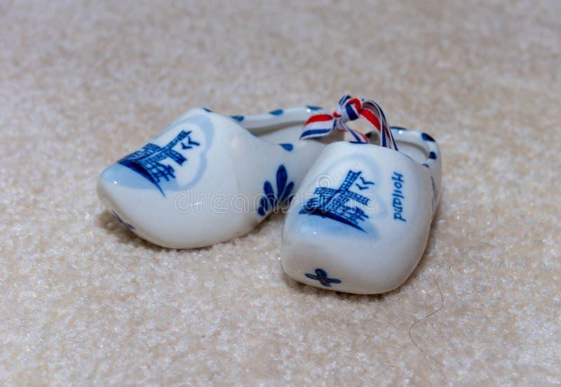 Delfter Blau-Figürchen des niederländischen hölzernen Schuhporzellans Andenken von Holland/von den Niederlanden auf strukturierte lizenzfreie stockfotos
