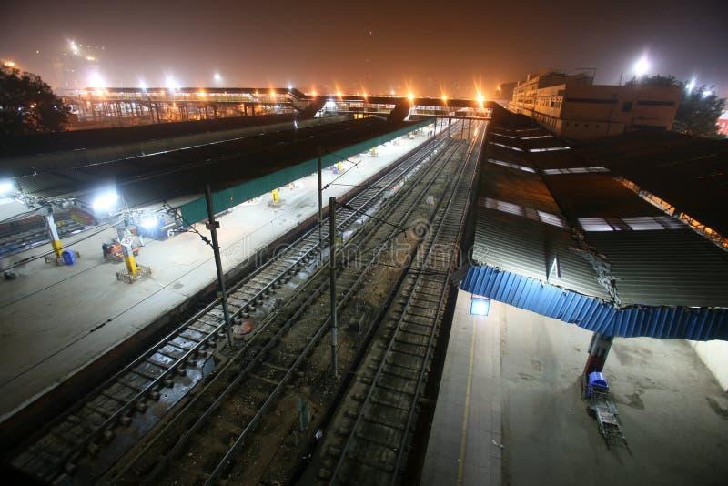 Delhi-Bahnhof nachts, Delhi lizenzfreie stockfotos