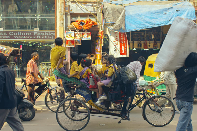 Delhi, Inde, le 19 octobre 2011 : Enfants conduits par Trishaw à l'école photos libres de droits