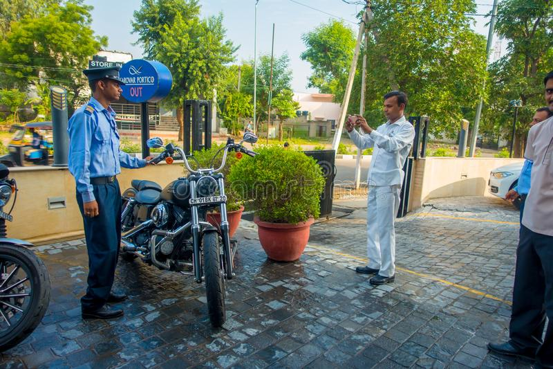 DELHI, INDE - 19 SEPTEMBRE 2017 : Homme non identifié montant sa moto, membre de club de moto de Harley Davidson dans photos stock