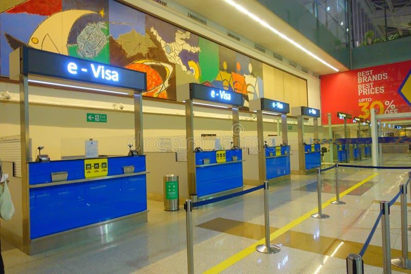 DELHI, INDE - 19 SEPTEMBRE 2017 : Huttes vides de visa de révision sans des personnes dans la ligne dans l'aéroport international photos stock