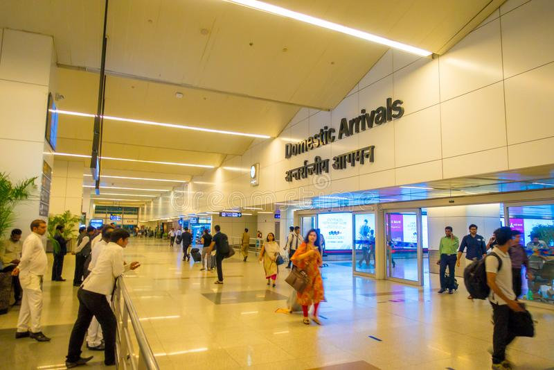 DELHI, INDE - 19 SEPTEMBRE 2017 : Personnes non identifiées marchant dans l'aéroport international de Delhi, Indira Gandhi image stock