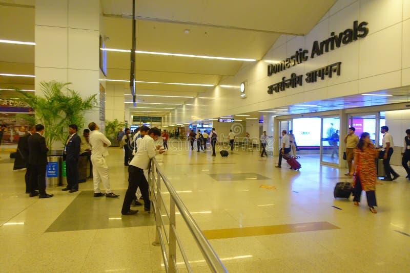 DELHI, INDE - 19 SEPTEMBRE 2017 : Personnes non identifiées marchant dans l'aéroport international de Delhi, Indira Gandhi images stock
