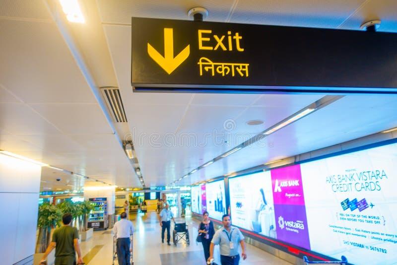 DELHI, INDE - 19 SEPTEMBRE 2017 : Signe instructif de sortie dans l'aéroport international de Delhi, Indira Gandhi photo libre de droits