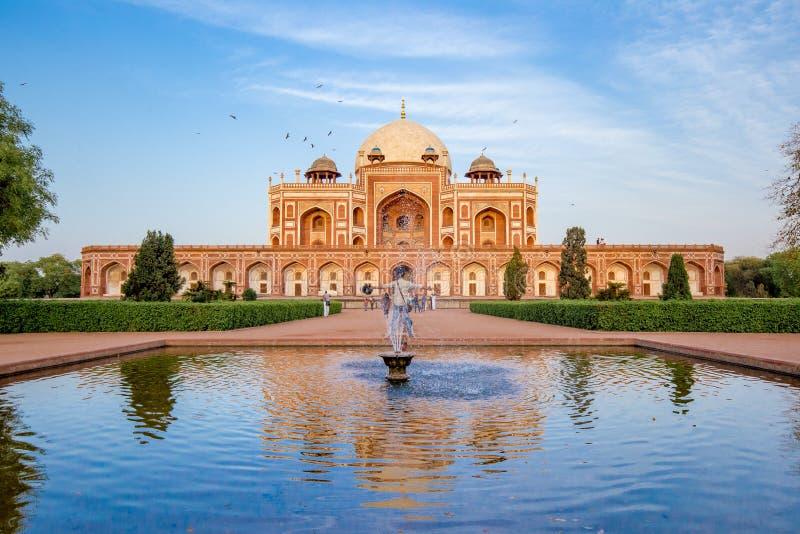 Delhi, India - April 2019: Het Grafmening van Humayun van vijvertuin en fontein royalty-vrije stock foto