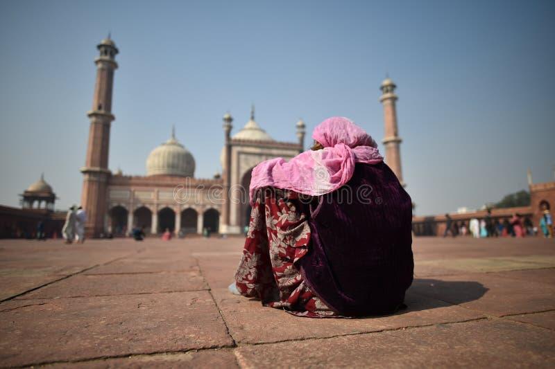 Delhi, India, Listopad 24, 2017: Hinduski kobiety być ubranym tradycyjny zdjęcia stock