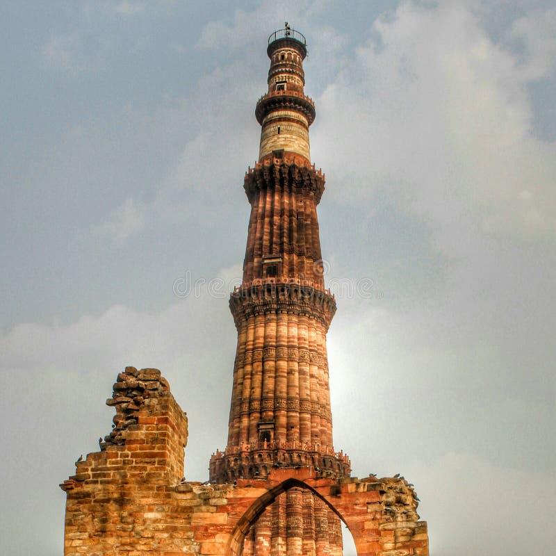 DELHI, INDIA - 7 Maart 2019, Qutub Minar, een minaret die een deel van complexe Qutab, een Unesco-Plaats van de Werelderfenis in  royalty-vrije stock foto's