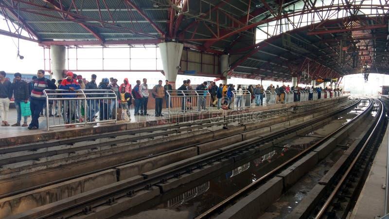Delhi India, Marzec, - 29, 2019: Ludzie czekać na metro pociąg w kaszmirczyk bramy stacji delikatesy obraz royalty free