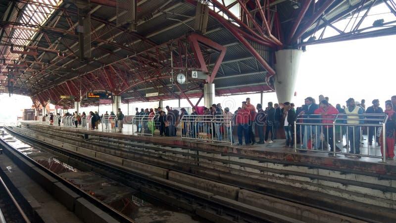 Delhi India, Marzec, - 29, 2019: Ludzie czekać na metro pociąg w kaszmirczyk bramy stacji delikatesy fotografia royalty free
