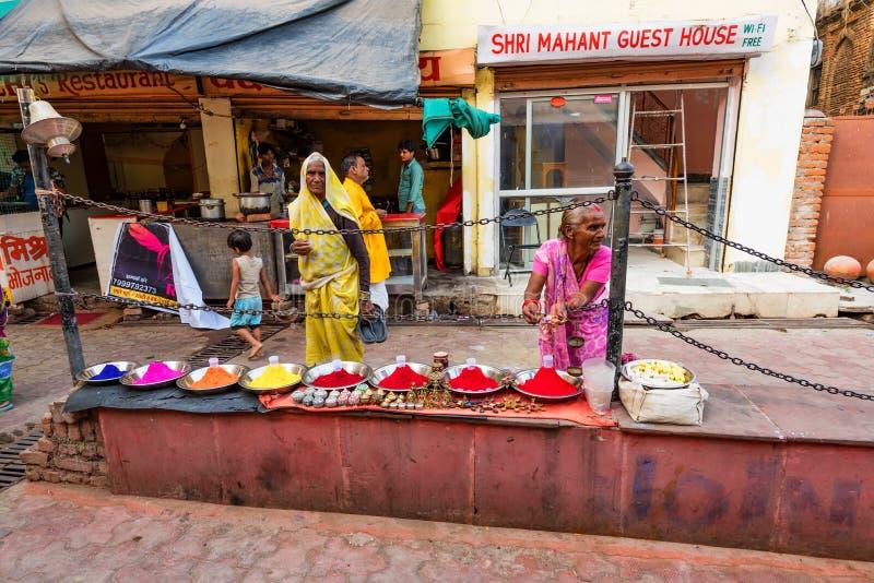 DELHI, INDIA - 9 NOVEMBRE 2017: La donna indiana non identificata vende le spezie nella via immagini stock