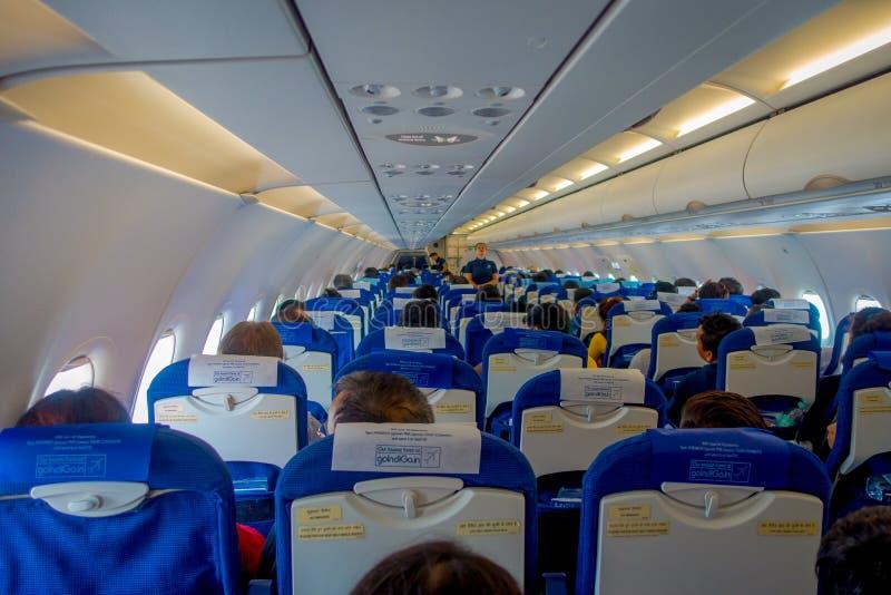 DELHI, INDIA - SEPTEMBER 19, 2017: Binnenlandse mening van vervoerprijszetel uit de toeristenklasse in Air India A320 AI is een s stock fotografie